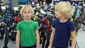 Близнецы обсуждают приобретение нового велосипеда сток-видео