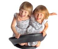 Близнецы сестер в белой игре платьев Стоковое Фото