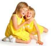 Близнецы сестер в желтых платьях Стоковое Изображение RF