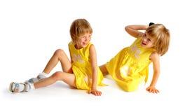 Близнецы сестер в желтых платьях Стоковая Фотография RF
