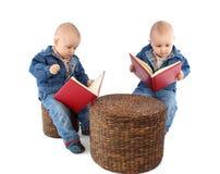 близнецы чтения книги младенца Стоковое фото RF