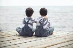 близнец 2 братьев мальчиков счастливый Стоковая Фотография