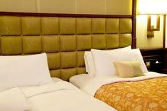близнец комнаты кровати стоковые фотографии rf