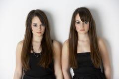 близнец студии портрета девушок подростковый стоковое изображение rf