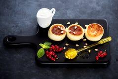 блинчики коттеджа сыра canape предпосылки красные Стоковые Фото