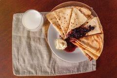 Блинчики на белой плите Тонкие блинчики для завтрака России Стоковые Фото