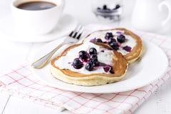 Блинчики покрытые с медом и голубиками плавленого сыра на блинчиков предпосылки плиты завтраке белых домодельных вкусных вкусном Стоковые Фотографии RF