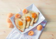 Блинчики с домодельным вареньем абрикоса и свежими абрикосами Стоковое фото RF