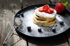 Блинчики с клубниками, голубиками и напудренным сахаром помадка завтрака стоковое фото rf