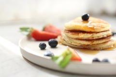 Блинчики с клубниками, голубиками и сиропом клена помадка завтрака стоковая фотография rf