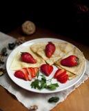 Блинчики с клубниками служили на завтрак стоковые фотографии rf