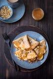 Блинчики с медом, бананами и гайками сосны Стоковые Фотографии RF