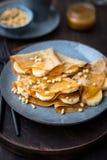Блинчики с медом, бананами и гайками сосны Стоковая Фотография RF