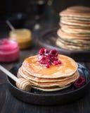 Блинчики с медом, вареньем и ягодами стоковые фото