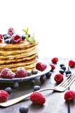 Блинчики с медом и ягодами на белой предпосылке стоковое фото rf