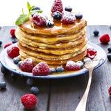 Блинчики с медом и ягодами на белой предпосылке стоковое изображение rf
