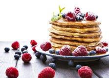 Блинчики с медом и ягодами на белой предпосылке стоковая фотография rf