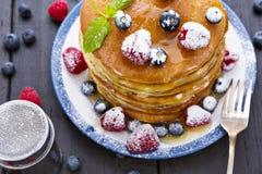 Блинчики с медом и ягодами стоковые изображения
