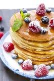 Блинчики с медом и ягодами стоковые фото