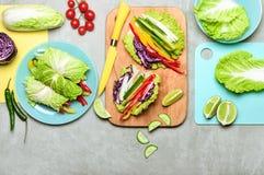 Блинчики с начинкой vegan капусты Nappa варя концепцию стоковая фотография