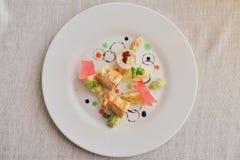 Блинчики с отрезанной ветчиной и сыром, украшенными с салатом на светлой предпосылке Традиционный русский взгляд сверху кухни стоковые изображения
