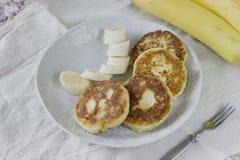 Блинчики творога с кусками банана завтрак здоровый Стоковые Фото
