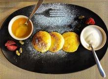 Блинчики творога с медом и сметаной для здорового завтрака стоковое фото
