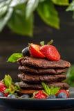 Блинчики шоколада с ягодами Стоковая Фотография