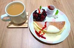 Блинчик суфла и чай молока стоковое фото