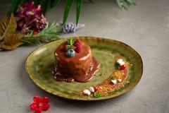 Блинчик с расплавленными шоколадом и ягодами на серой предпосылке стоковая фотография