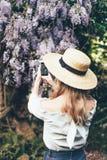 Блоггер делает фото на телефоне стоковые изображения rf