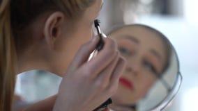 Блоггер красоты испытывая новую тушь для того чтобы делить ее впечатления с подписчиками сток-видео