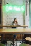 Блоггер молодой женщины работая с приборами новой технологии Стоковые Фото