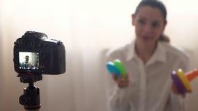 Блоггер привлекательной кавказской женщины известный записывает видео для ее онлайн vlog используя дом камеры сток-видео