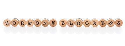 Блокаторы инкрети слова от круговых деревянных плиток с детьми писем забавляются Концепция медицинского лечения сказанная по букв стоковая фотография