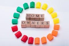 Блоки ассоциации домовладельца деревянные окруженные с моделями дома стоковое изображение rf