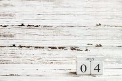Блоки календаря 4-ое июля против деревенской белой предпосылки стоковые фото