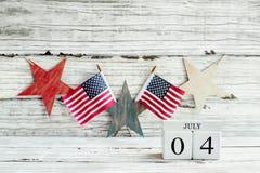 Блоки календаря 4-ое июля против деревенской предпосылки стоковое фото rf