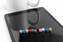 Блоки куба писем с концепциями времени кофе на экране планшета стоковые фотографии rf