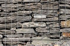 Блоки подпорной стенки с корзиной камня провода сетки Стоковые Фотографии RF
