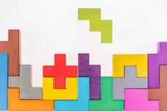 Блоки различных красочных форм деревянные на бежевой предпосылке, плоском положении Геометрические формы в других цветах, взгляд  стоковые изображения