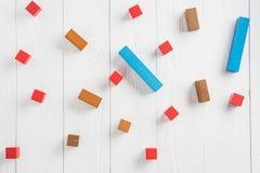 Блоки различных красочных форм деревянные на бежевой предпосылке, плоском положении Геометрические формы в других цветах, взгляд  стоковая фотография rf