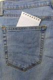 Блокнот введен в карман голубых джинсов стоковые фото