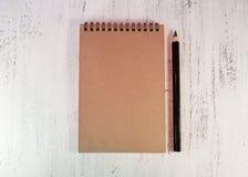 Блокнот для примечаний или для эскизов на деревянном столе Около bl Стоковые Изображения RF