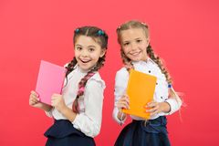 Блокнот дневника шоу школьницы Концепция школьных принадлежностей Канцелярские принадлежности школы r Девушки стоковые фотографии rf