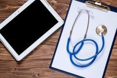 Блокнот и другие объекты для офиса докторов стоковые фото