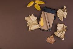 Блокнот и скомканные листы для записи, трудной работы для записи письма Открытый космос для текста Атмосфера и желтый цвет осени стоковые изображения