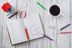 Блокнот, карандаши и кофе на деревянном столе стоковые фото