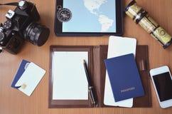 Блокнот, кредитные карточки, паспорт, билет, камера фото стоковое изображение rf