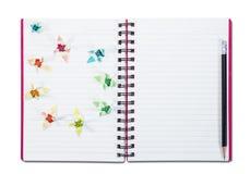 Блокнот крупного плана открытый при карандаш, изолированный на белой предпосылке Стоковые Фото